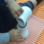 わざとコップの水をこぼす子供に起きている奇跡