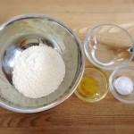 小麦粉粘土でモミモミ遊び