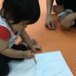 初めての鉛筆も自然に持てた1歳のスクール生