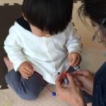 ママがひも通し遊びをうまく手伝う方法